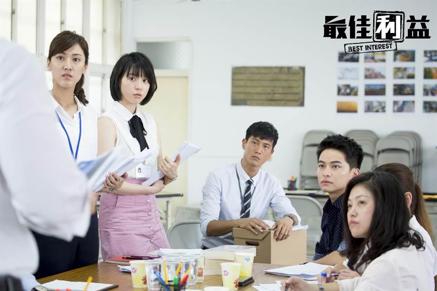 《最佳利益》實習律師群,左起:陳怡嘉、程予希、鍾承翰、楊銘威同框飆演技。(中天提供)