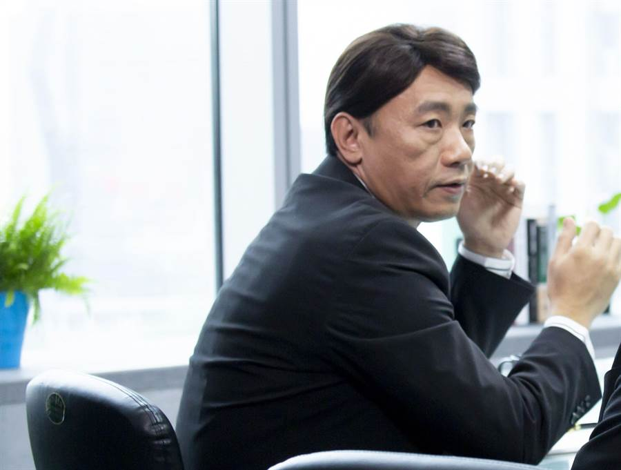 王自強(左)在最佳利益飾演資深律師孫大仁,首度與製作人碰面就被問「介不介意戴假髮?(中天提供)