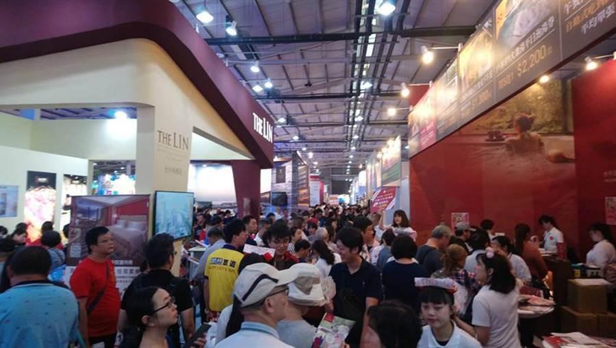 (台中國際旅展26日起開跑,首日就吸引滿滿的人潮湧入會場搶便宜。圖:曾麗芳)