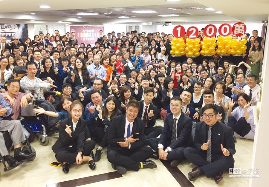 磊山保經董事長李佳蓉帶領業務同仁信心宣誓2019年的「磊山公益月」募款目標挑戰1,200萬,協助11個公益團體圓夢。圖/業者提供