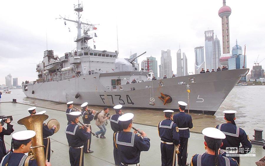 路透24日獨家報導,美官員透露,法國巡防艦4月6日通過台灣海峽,美國其他盟邦或許會考慮跟進,對此,一位退役海軍將領指出,美方刻意對外透露訊息,就是有政治目的。圖為法國軍艦葡月號訪問上海 。(新華社)