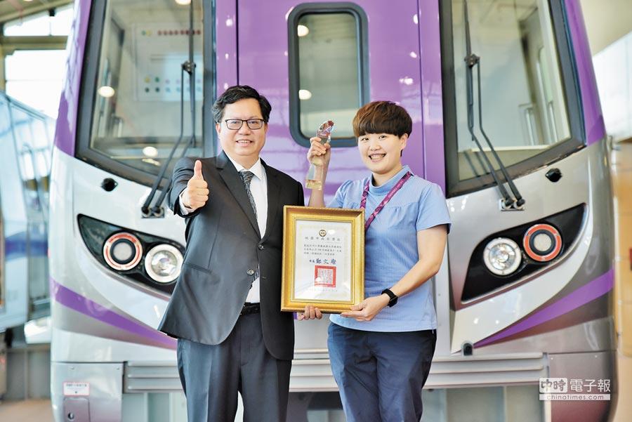 劉牧阡(右)獲選桃捷模範員工,由市長鄭文燦(左)親自表揚。(呂筱蟬攝)