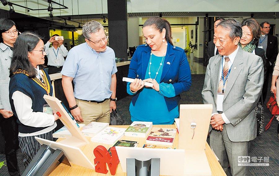 宏都拉斯第一夫人葉安娜(右二)肯定靜宜大學優美的校園環境及軟硬體設備;靜宜大學校長唐傳義(右一)表示,未來也考慮在宏都拉斯設立靜宜分校。(陳世宗攝)