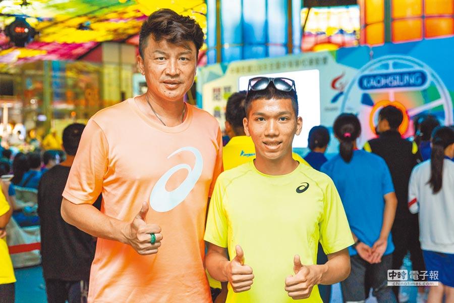 新化國中田徑專任運動教練胡文瑜(左)認為魏浩倫(右)是天才型短跑選手。(袁庭堯攝)