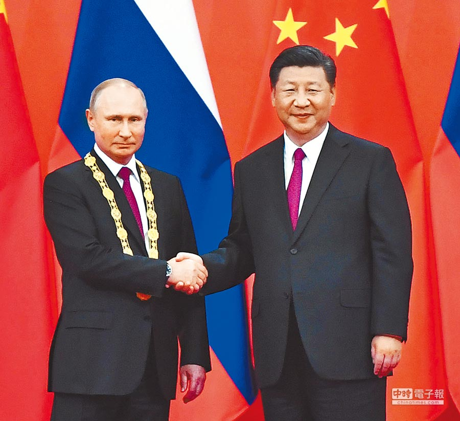 2018年6月8日,大陸國家主席習近平(右)在北京向俄羅斯總統普丁授予「友誼勛章」。(新華社)