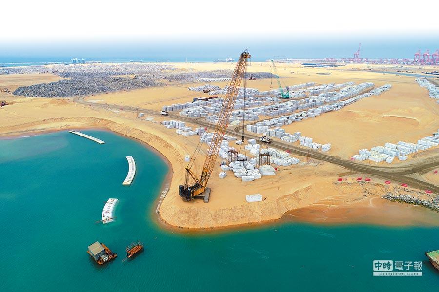 2018年11月17日拍攝的斯里蘭卡可倫坡港口城項目填海造地工程現場,該工程由中國交通建設股份有限公司與斯里蘭卡政府共同開發。(新華社)