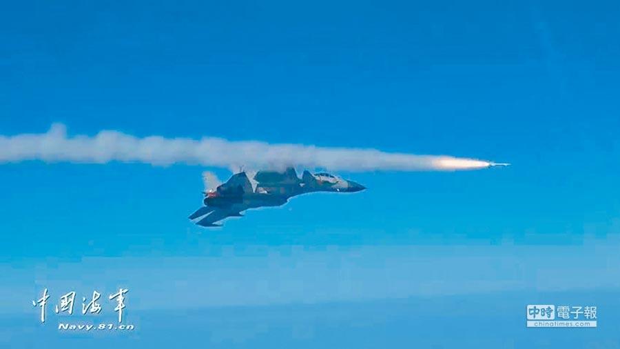 殲-15發射霹靂-8飛彈。(取自中國海軍網)