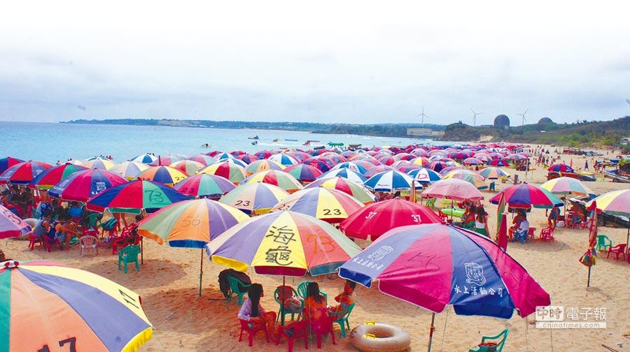 炎炎夏日,大批遊客湧入墾丁,這裡也是陸客愛去的景點之一。(本報系資料照片)