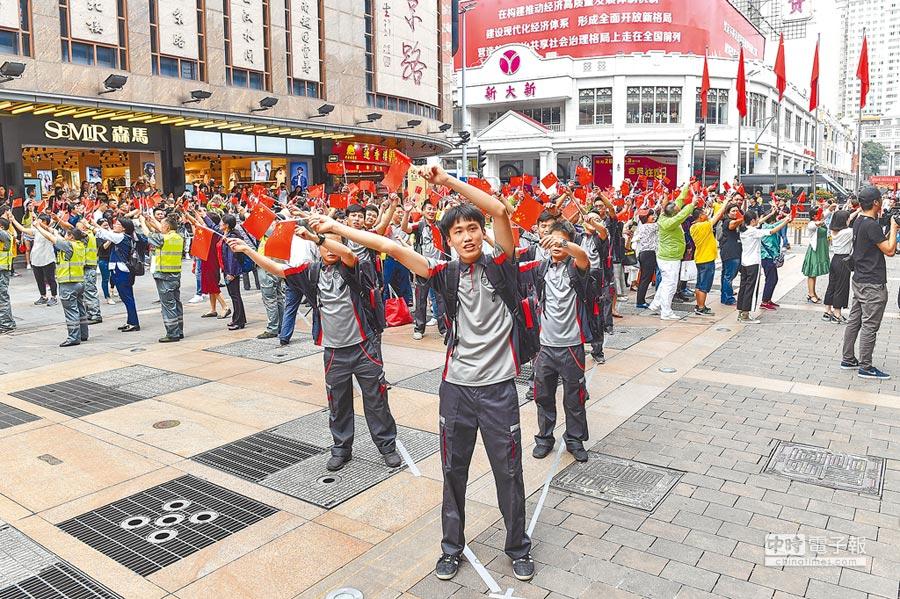 兩岸藝術交流熱絡,圖為一群青年22日在廣州街頭表演。(中新社)