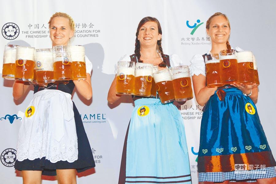 北京國際啤酒節,德國酒娘展示懷擁酒扎絕技。(中新社資料照片)