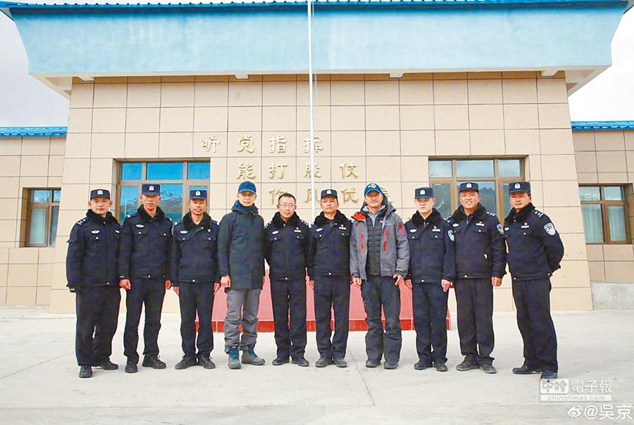 吳京在微博發布了他在珠峰派出所的照片。(取自微博@吳京)