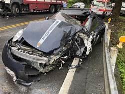 保時捷911違規對撞大貨車  車體幾全毀