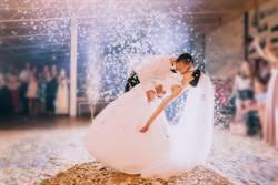 婚禮逗弄新郎…新娘竟慘被呼巴掌 網勸:快離婚