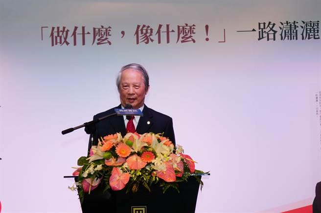 賴浩敏感謝國家社會對他的栽培,「餘年」仍將奉獻社會、為社會服務。(張孝義攝)