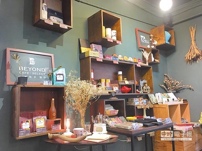 比漾廣場微型店「比漾咖啡.選物」x「拾藝術」區域,結合在地和藝術選物。(郭家崴攝)