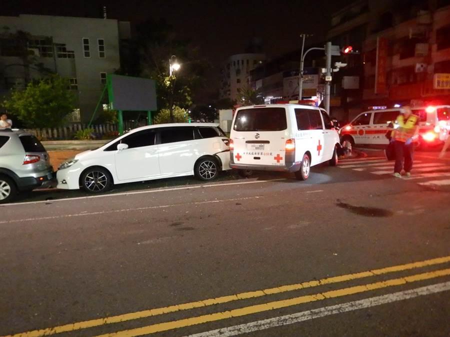 疑因行經路口未減速,民間救護車與白色轎車相撞,還波及停放在路旁的休旅車。(林欣儀翻攝)