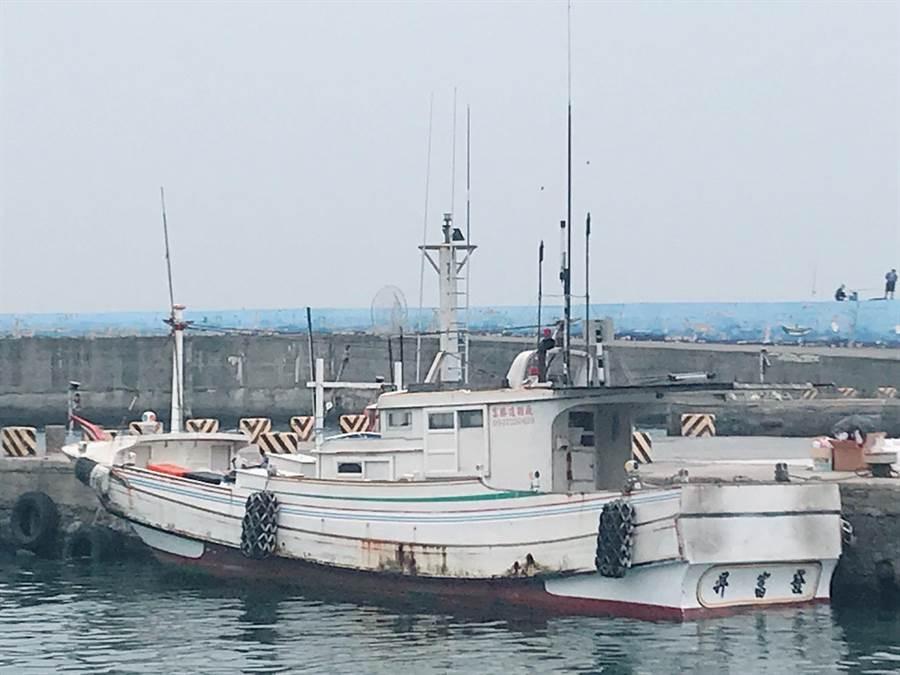琉球籍昇富發「夫妻船」傳噩耗,船長妻子作業不慎落海溺斃。(琉球區漁會提供)
