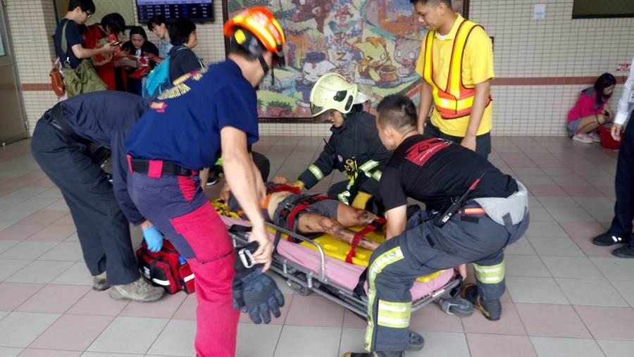 男子墜落電梯井,幸無生命危險。(葉德正翻攝)