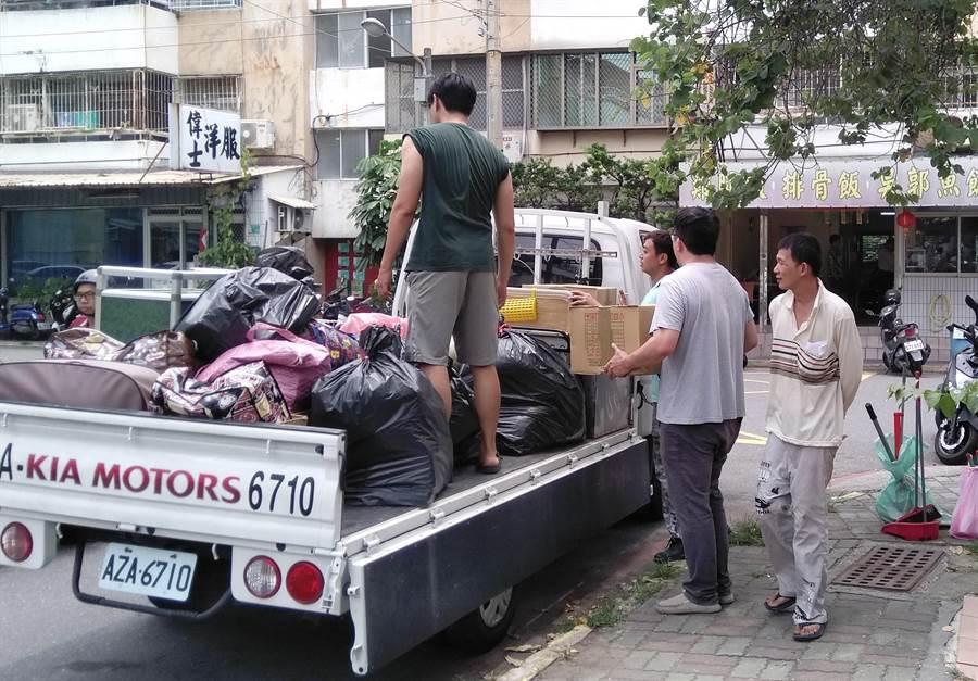 熱心的里民協助楊姓母女搬家。(程炳璋翻攝)