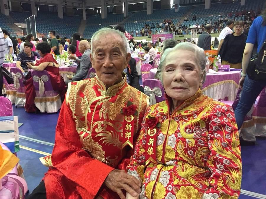 93歲李春風跟牽手李黃紅棗,同時也是在場結婚最久的一對夫妻,兩人結縭72年。(曹婷婷攝)