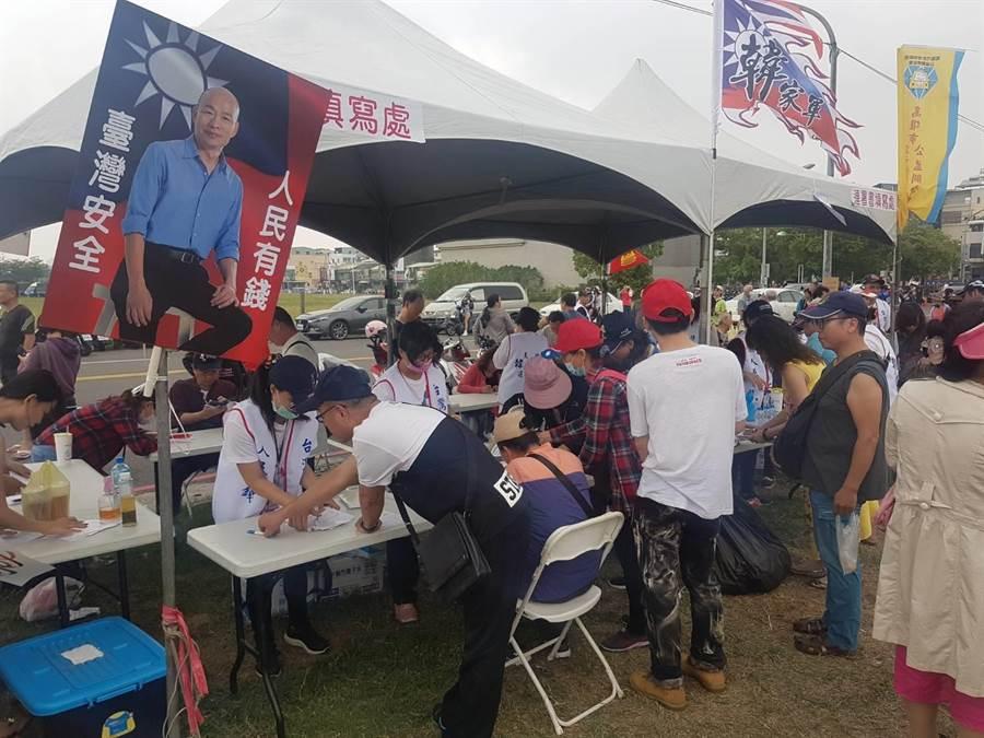 現場還有同意韓國瑜參選2020總統大選的連署攤位,主辦方更呼籲在場的市民朋友,人人一通電話「勸高雄人把韓捐出來,選總統救台灣!」(劉宥廷攝)