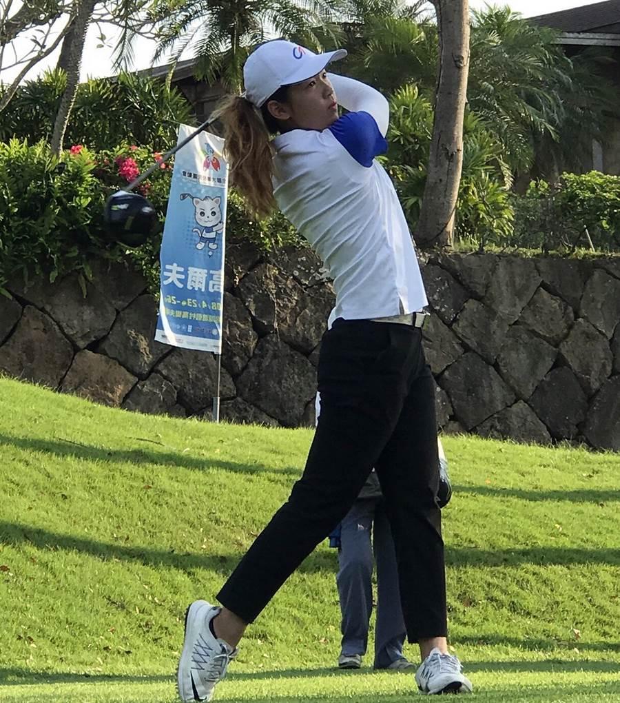 首次參加全大運高爾夫項目的清大體育系1年級學生劉若瑄,奪下公開女生組個人賽金牌。(陳育賢翻攝)