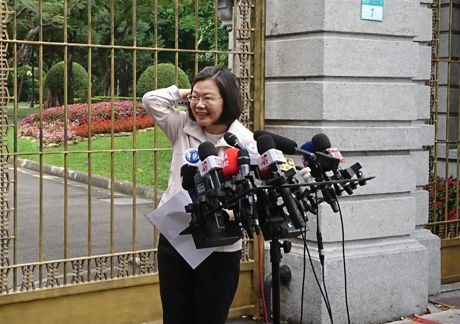 總統蔡英文在遊行隊伍出發前看到眾多媒體,露出訝異的神情。(廖德修攝)