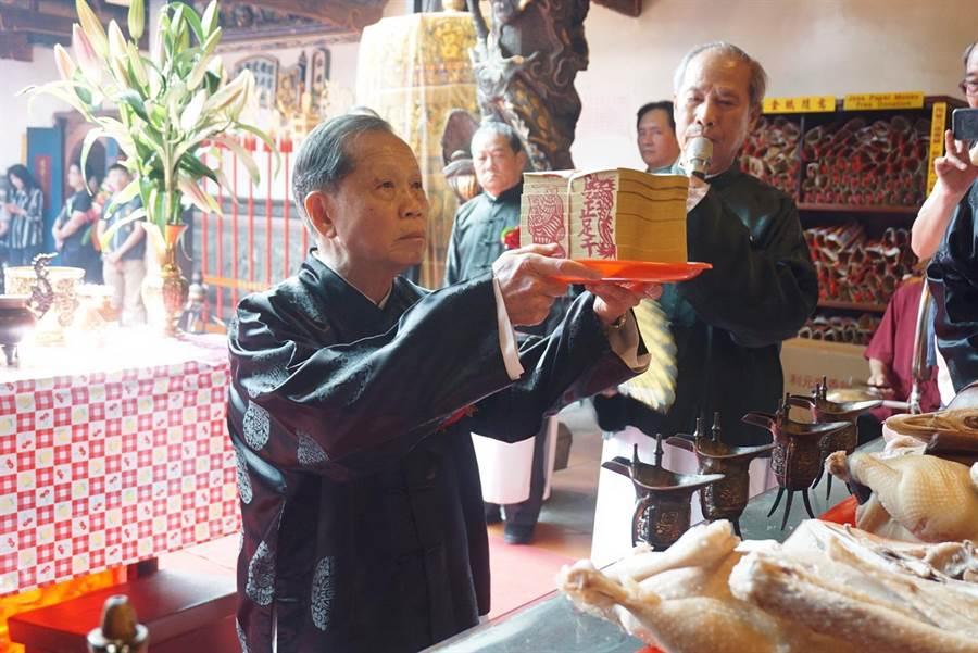 台中市南屯區萬和宮恭祝媽祖聖誕三獻禮祭典,由董事長蕭清杰主祭。(盧金足攝)