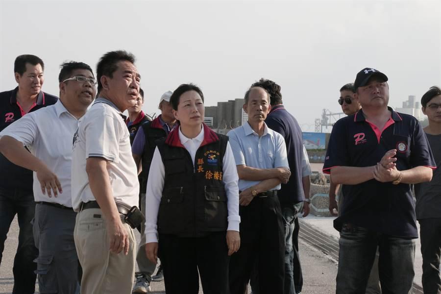 縣長徐榛蔚(左四)視察花蓮賞鯨碼頭,強調無論權責在誰,都必須改善賞鯨碼頭環境。(張祈翻攝)