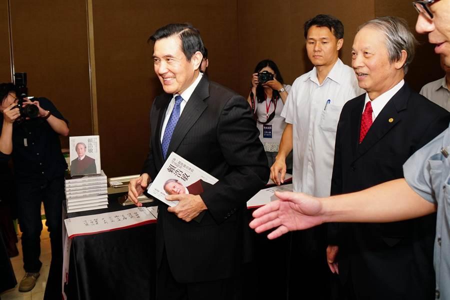 馬英九出席賴浩敏新書發表會,被問到是否再次參選2020時,笑而不答步入會場。(張孝義攝)