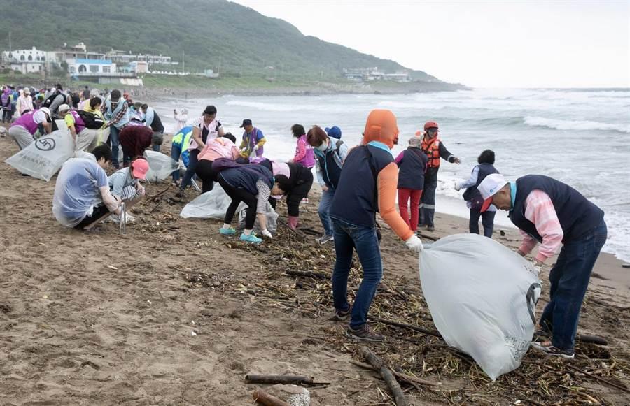 新北市環保局27日在金山中角灣海灘淨灘,吸引700多人參與,清出5噸垃圾。(葉德正翻攝)