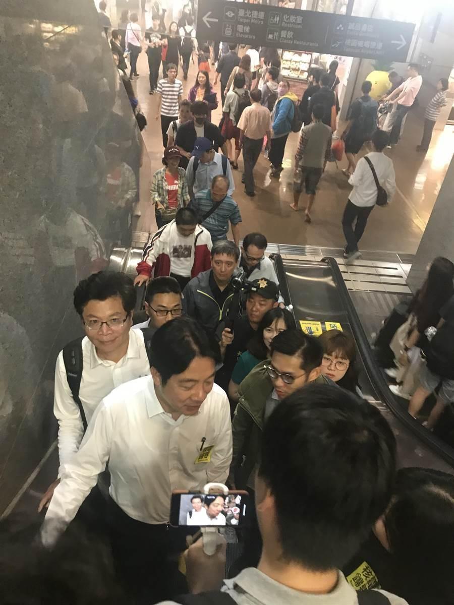 賴清德直接走去台北車站搭高鐵趕場,不少支持者要求簽名。(圖/曾薏蘋)