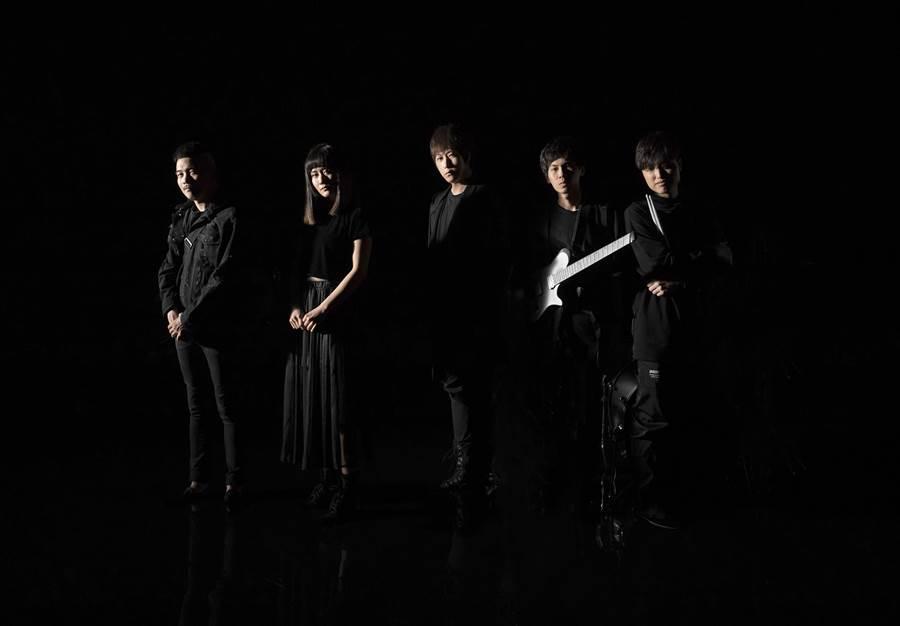 阿信(中)新歌邀新銳樂團「渣泥」合作。(相信音樂提供)