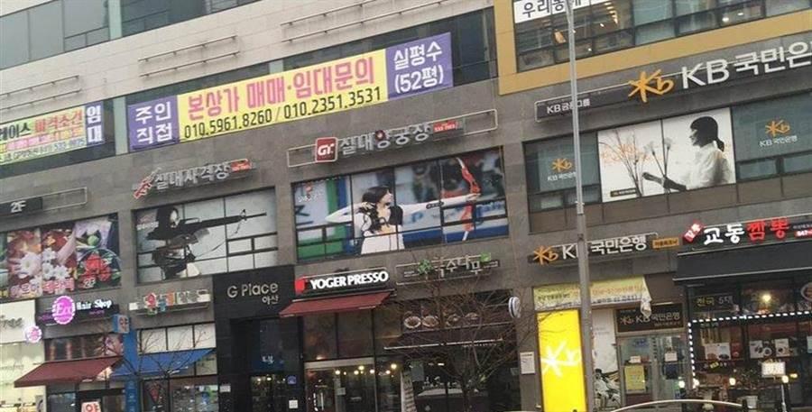 網友到南韓旅遊發現子瑜射箭照片成為射箭場的廣告招牌(圖/翻攝自推特/@queenchungha)
