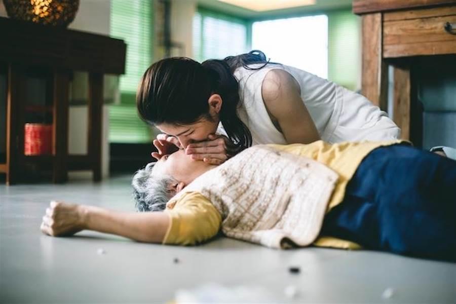 李千那劇中幫陸弈靜做CPR。(民視提供)
