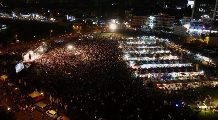 晚間韓國瑜驚喜現身後,現場人數也不斷上升 (圖/取自中時電子報直播)