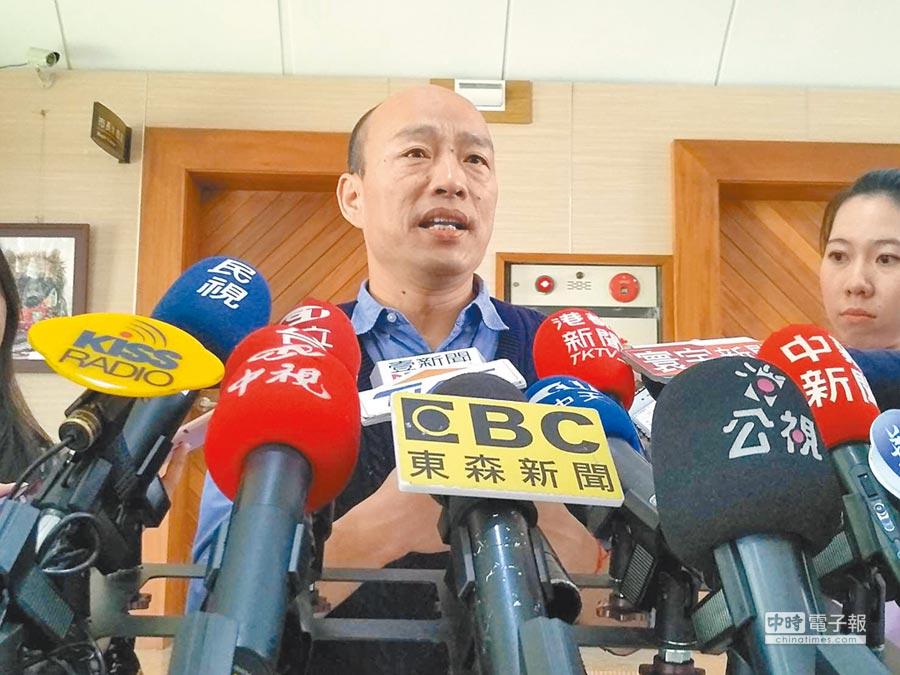 高雄巿長韓國瑜26日在巿議會受訪,強調選前如有從國民黨主席吳敦義拿4000萬元,就辭去高雄巿長。(曹明正攝)