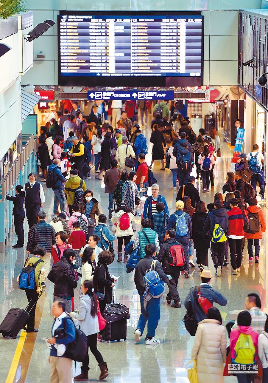 圖為春節年假時,桃園機場大廳滿是出國人潮。(本報資料照片)