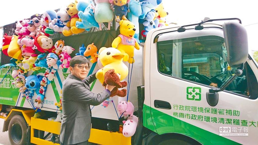 立委趙正宇替放置在資源回收車上的娃娃請命,留給大家童年回憶。(甘嘉雯攝)