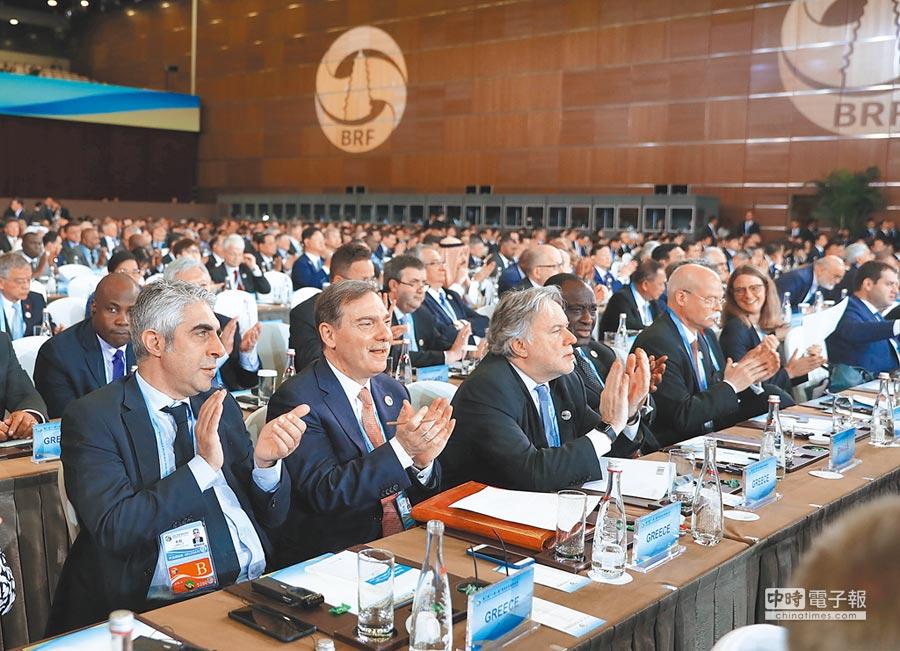 26日,第二屆「一帶一路」高峰論壇開幕式在北京國家會議中心舉行,多國代表與會。(新華社)