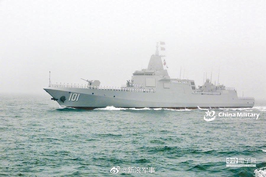 陸國產055型驅逐艦,艦首塗上「101」字樣。(取自中國軍網)