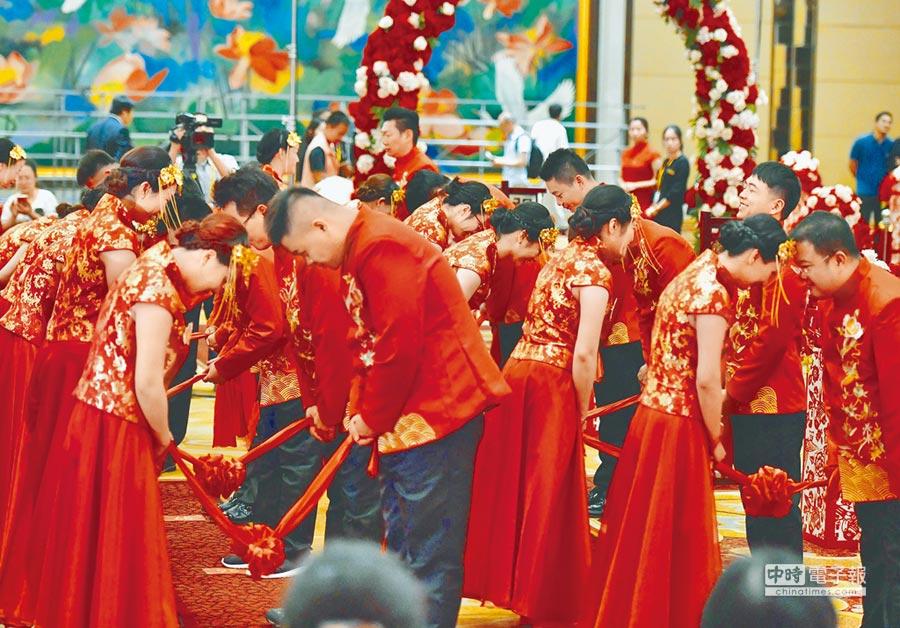百位兩岸新人在廈門舉行集體婚禮。(中新社資料照片)