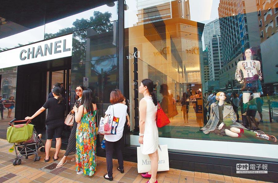 香港尖沙咀,世界頂級品牌奢侈品商店林立,吸引不少高端消費的遊客選購。(中新社資料照片)
