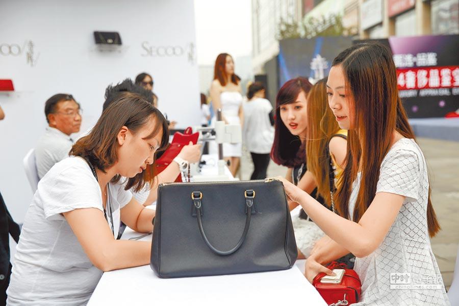 在北京崇文門街邊舉行的寺庫奢侈品鑑寶會,吸引眾多路人排隊鑑寶。(中新社資料照片)
