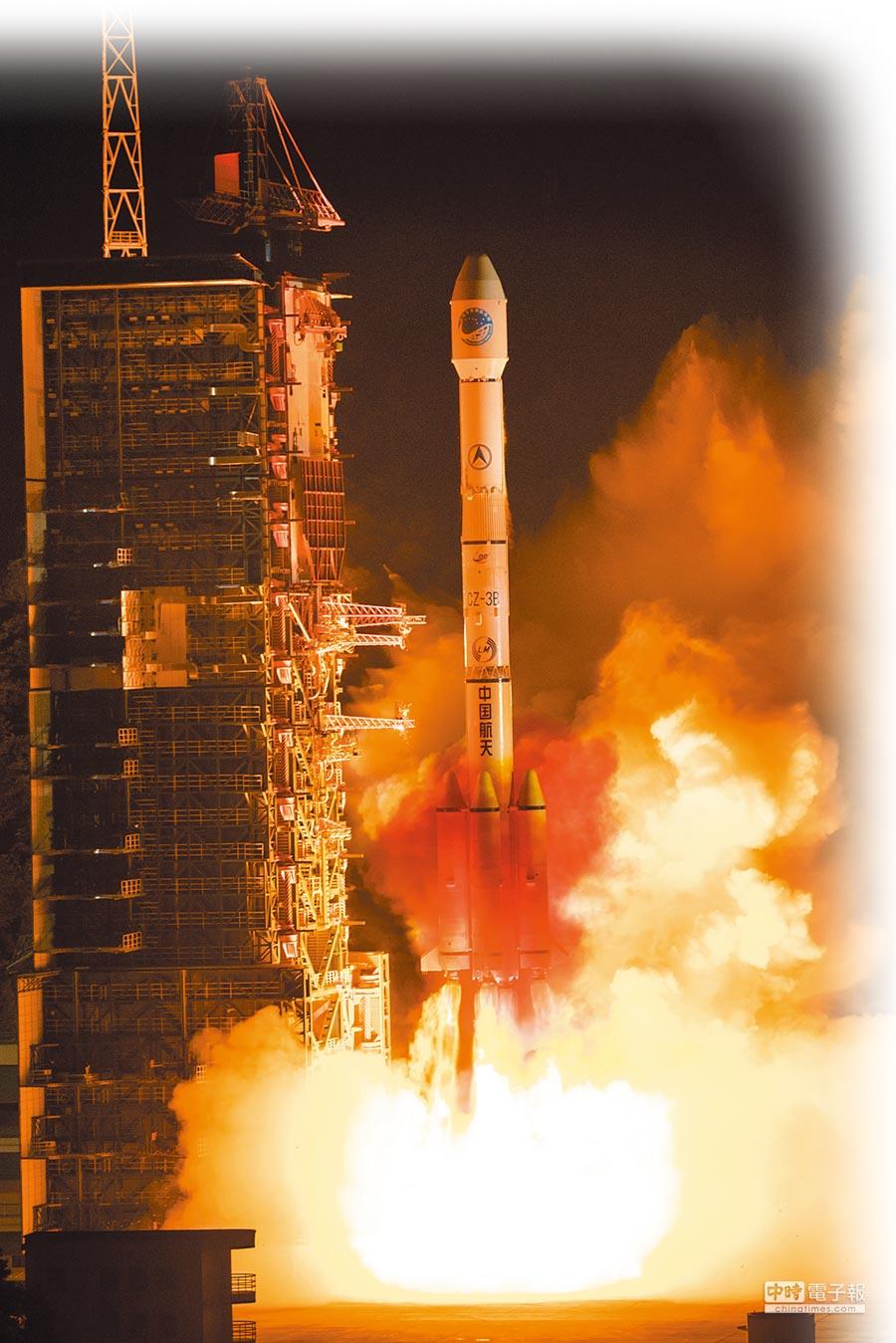 4月20日,大陸成功發射北斗三號系統首顆傾斜地球同步軌道衛星。(新華社)