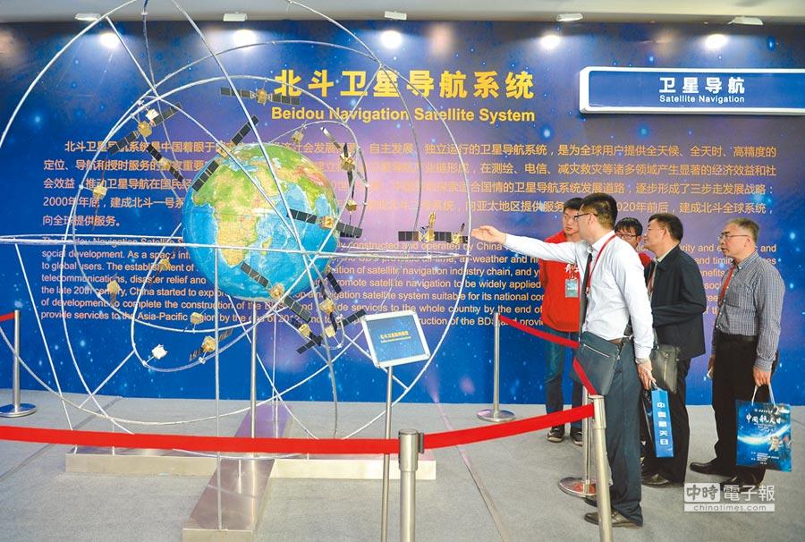西安西北工業大學舉行的展覽上,參觀者了解北斗衛星導航系統。(新華社資要照片)