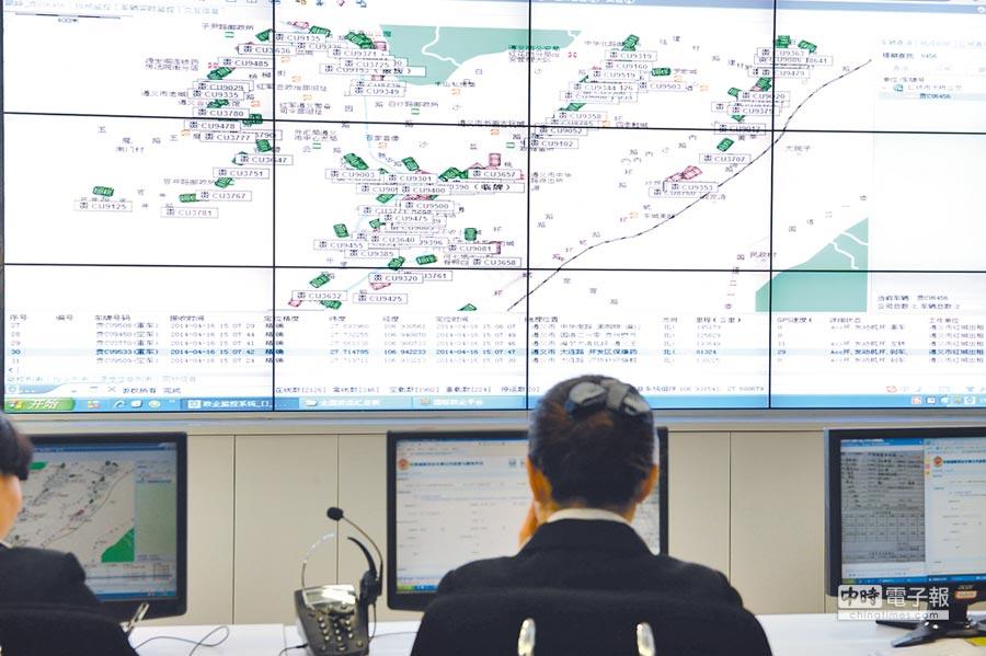 利用北斗衛星通信技術,貴州某公共交通信息指揮中心大螢幕顯示交通信息。(新華社資料照片)