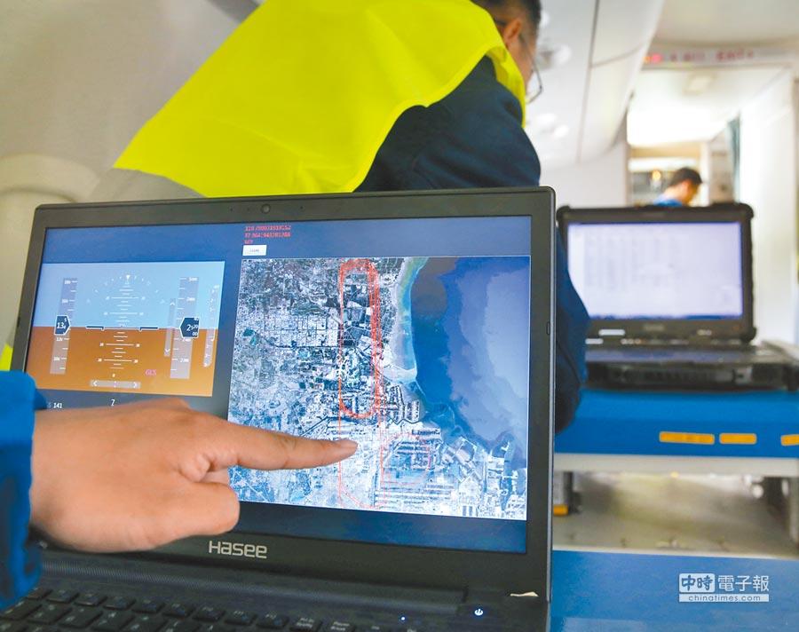 工作人員展示通過北斗衛星定位系統獲得的經緯度實時繪製的飛機飛行軌跡圖。(新華社資料照片)