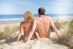 全球最大裸體小鎮 想穿衣服還違法?