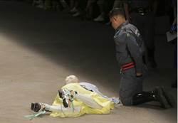 影》非特效!26歲男模走秀 絆鞋帶倒地身亡